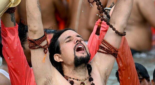 India, il boom di contagi non ferma i rituali indù: migliaia i fedeli ammassati per il bagno nel Gange