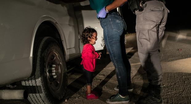 Bimba in lacrime al confine: è la foto dell'anno