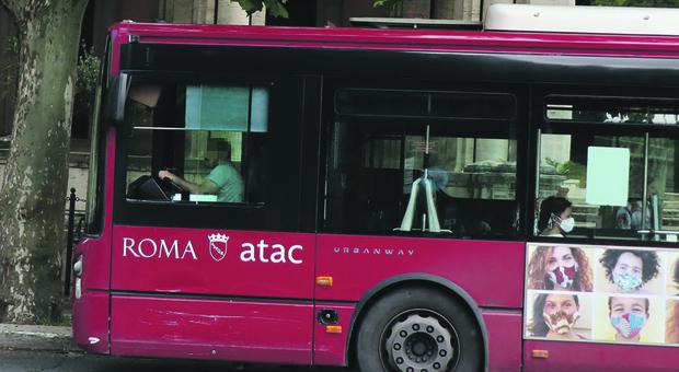 Roma, si schianta contro un bus: morto automobilista all'Eur. Forse un malore prima dell'impatto