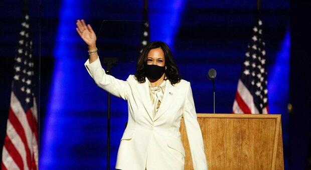 Kamala Harris, il look del discorso è un omaggio alle suffragette. Ecco perché ha scelto il total white