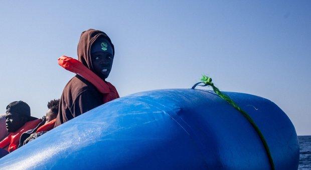 Barcone con 100 migranti in avaria. Inviato cargo dalla Libia, li porterà a Tripoli