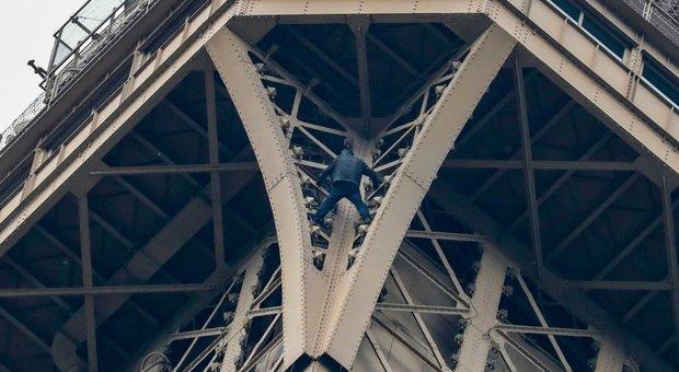 Scala a mani nude la Torre Eiffel e minaccia il suicidio: area evacuata
