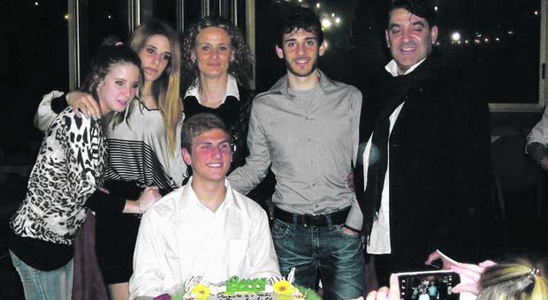 Da sinistra Viola Giorgini, Martina Ciontoli, Maria Pezzillo, Federico Ciontoli e Antonio Ciontoli; Marco Vannini davanti alla torta