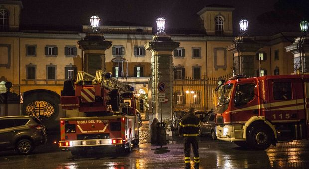 Roma, incendio all'ospedale San Camillo: un morto. Evacuati due piani di un padiglione. «Fiamme da sotto il letto»