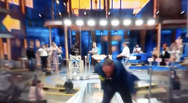Paolo Bonolis, incidente Avanti un altro pure di sera: una valletta cade a terra e batte la testa