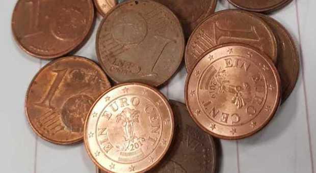 Deve 1.000 euro allo Stato, usa soltanto monete da un centesimo: «Ora vengano a prenderle»
