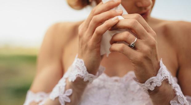 Sposa mangia una fetta di torta al matrimonio e muore per choc anafilattico