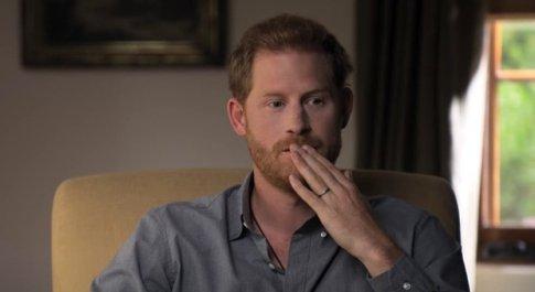 Harry: «Alcol e droga per non pensare alla morte di Lady D». L'accusa alla famiglia: «Zero empatia»