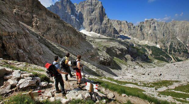 Turismo, Dolomiti: Ferragosto sold out. La montagna conquista anche i giovani