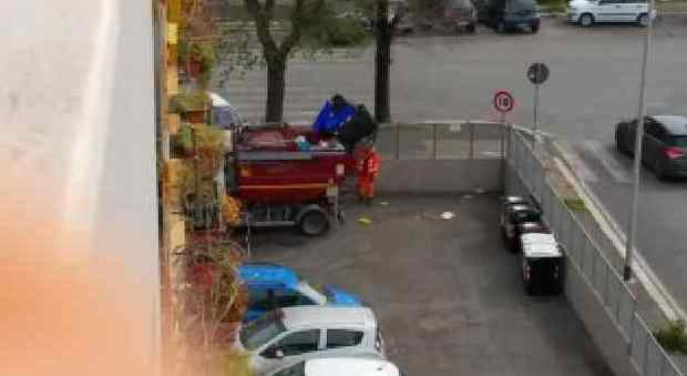Roma, i rifiuti differenziati finiscono tutti nello stesso camion: la denuncia dei residenti