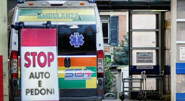 Covid, a Roma reparti intasati: ora le visite si fanno in ambulanza. Blitz dei Nas nei pronto soccorso