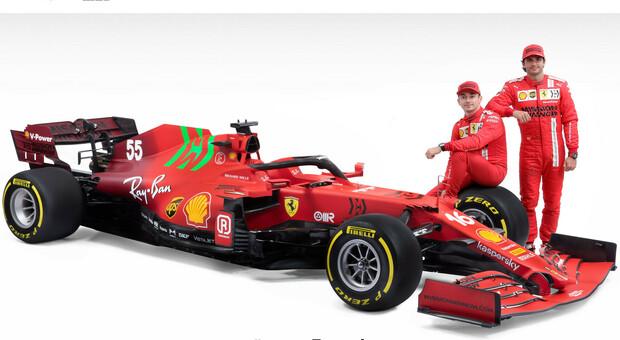 Carlos Sainz e Charles Leclerc insieme alla nuova Ferrari SF21