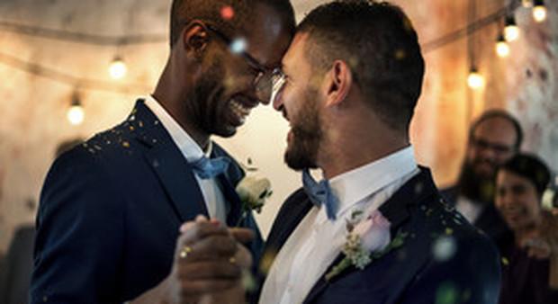 Coppie gay, la Chiesa evangelica svizzera svolta e riconosce il matrimonio