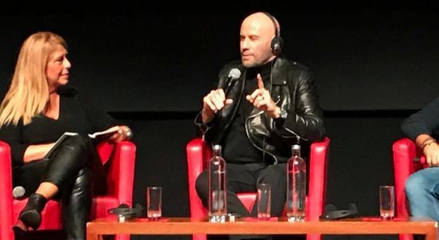 John Travolta: «I film della mia vita? Febbre del sabato sera, Grease e Pulp Fiction. Oggi Tony Manero ballerebbe il tango»