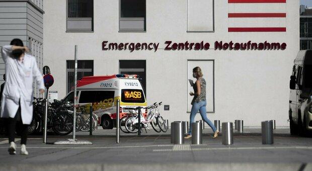 Covid, medici e infermieri positivi al lavoro: ecco perché tutti i Paesi potrebbero seguire l'esempio tedesco