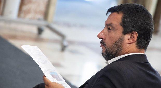 Salvini alza la posta: «Basta sangue all'Ue, anticipiamo la manovra». Conte preoccupato