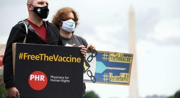 Vaccini, Parlamento Ue chiede la revoca dei brevetti per aumentare la produzione e abbassare i costi
