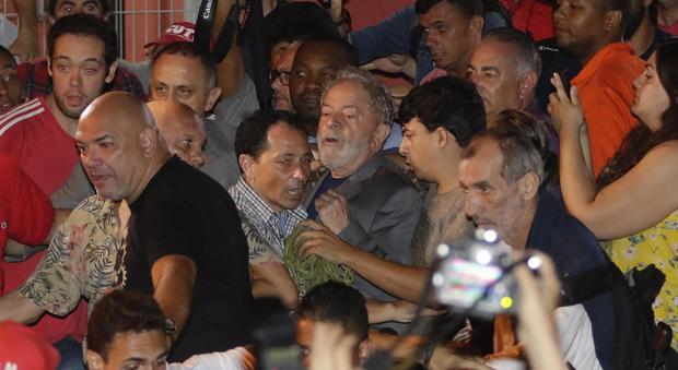Lula si arrende e si consegna alla polizia. I suoi sostenitori volevano fermarlo