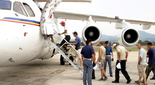 Migranti: dalla Germania voli charter per riportarli in Italia. La Farnesina smentisce