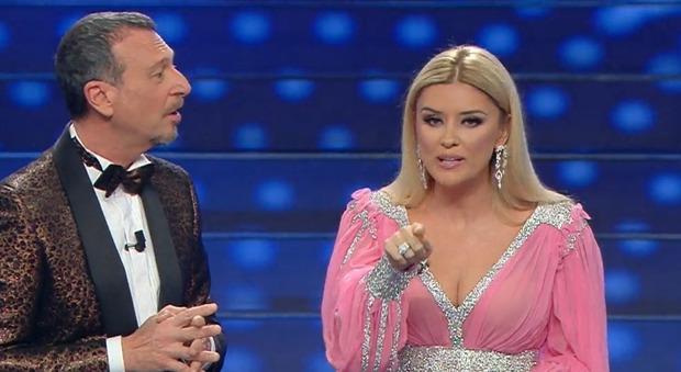 Sanremo 2020, Amadeus presenta Alketa Vejsiu. Poi l'inaspettato in diretta: «Ma che è?»