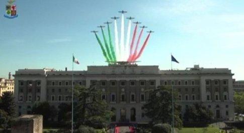 Frecce Tricolori diretta live oggi su Roma: rivedi i passaggi con il più grande tricolore del mondo sul Palazzo dell'Aeronautica