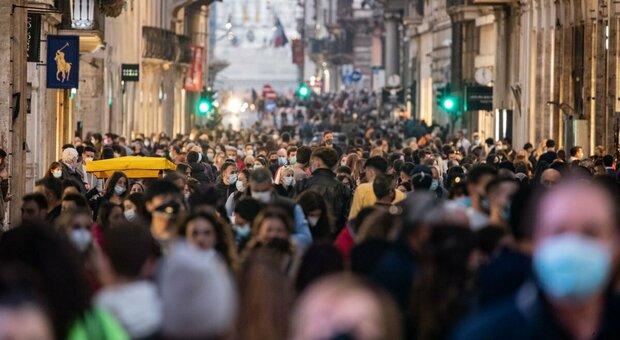 Covid Roma, folla in via del Corso: assembramenti e nessun distanziamento in centro