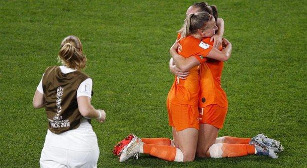 «Il calcio femminile è un covo di lesbiche». Nuovo insulto del cronista sessista