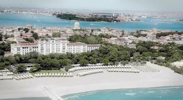 L'estate dei lidi top: Al Des Bains di Venezia 355 euro al giorno per lettino, 2 sdraio e tavolino. La classifica