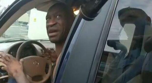 George Floyd: «Per favore, non spararmi». Il video prima dell'arresto mostrato al processo contro il poliziotto Derek Chauvin