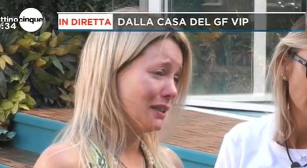 Gf Vip, Flavia Vento in lacrime per i suoi cani: «Non li ho mia lasciati da soli, a mia madre non frega niente»