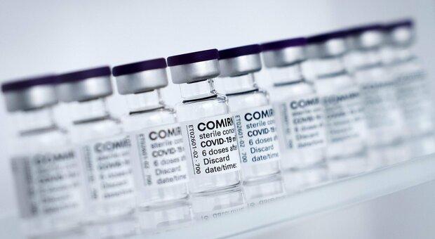 Vaccini, l'allarme di Fontana: «Poche dosi. Pronti a sospendere le prenotazioni»