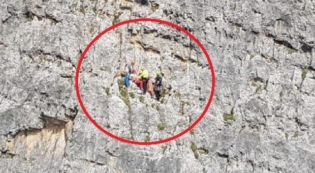 Cortina, precipita per 20 metri in parete ma il compagno di cordata la trattiene: salvata