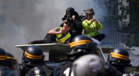 Primo maggio, a Parigi gilet gialli in piazza: scontri e feriti, oltre 200 fermi