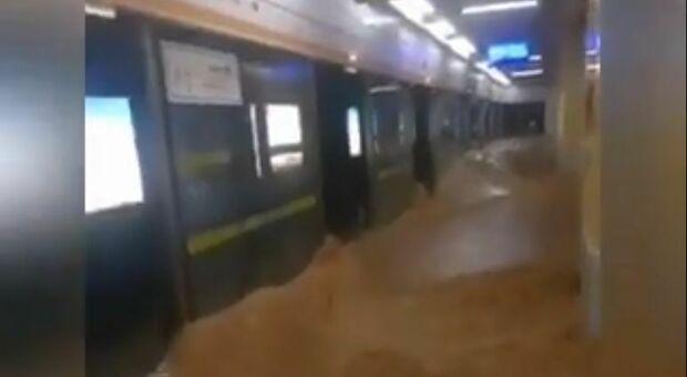 Zhengzhou, inferno nella metro, 12 morti. Alluvione Cina, 25 le vittime