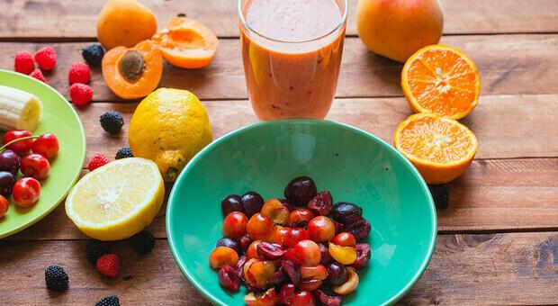 Dieta, la bevanda brucia grassi a base di frutta e verdura che vi stupirà