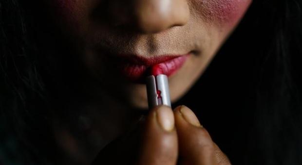 Espulsa da uomo, rientra da donna: scoperta da impronte digitali e arrestata