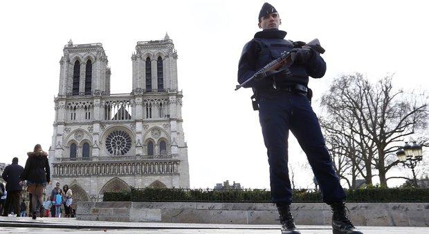 Auto piena di bombole di gas a Notre Dame, altre due persone fermate