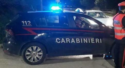 Delusione d'amore, tenta di buttarsi dalla finestra a 20 anni: afferrato al volo e salvato da un carabiniere
