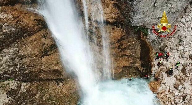 I vigili del fuoco durante il sopralluogo alla cascata di Fanes, dove è disperso un turista romano