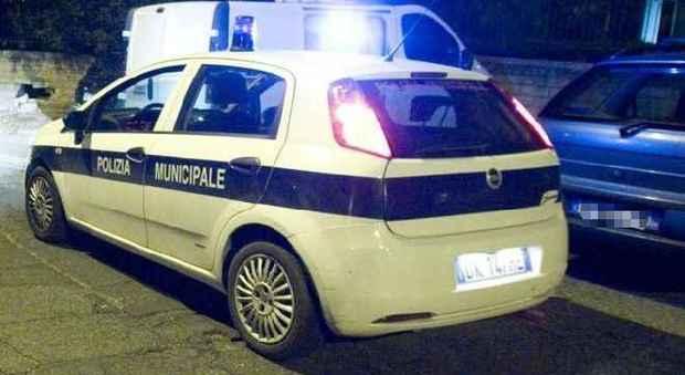 Roma, ladro ruba auto con bimba e nonna dentro. Il racconto choc: «Lo imploravamo, fermati»