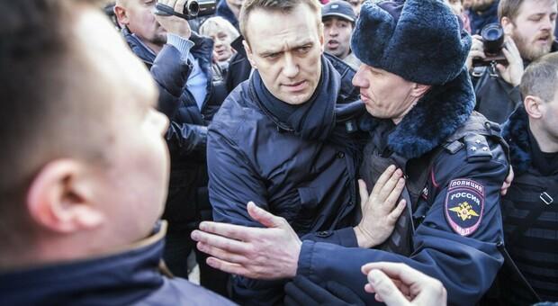 L'oppositore russo Alexei Navalny in terapia intensiva: «Avvelenato con qualcosa nel tè»