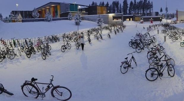 Finlandia, neve e freddo ma gli studenti vanno a scuola in bici a -17 gradi