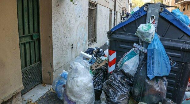 Rifiuti a Roma, nel Quartiere Trieste il cantiere blocca i cassonetti: marciapiede ridotto a discarica