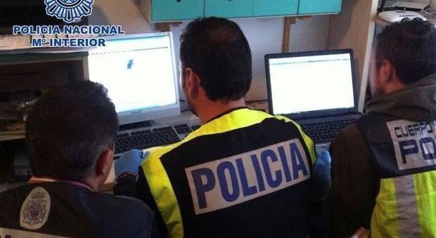 Traffico di carte di credito e codici rubati nel dark web, arresti in 16 Paesi. C'è anche un italiano