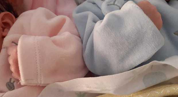 La foto dei gemellini pubblicata dalla famiglia. Coronavirus, dimessa la mamma: i gemelli restano in ospedale