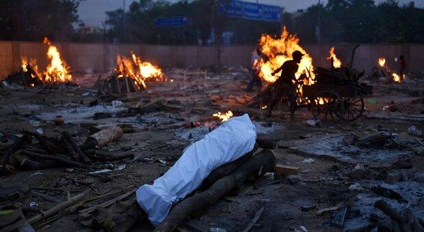 India, record di morti a New Delhi: lockdown prolungato. Nel Paese 400mila casi nelle ultime 24 ore