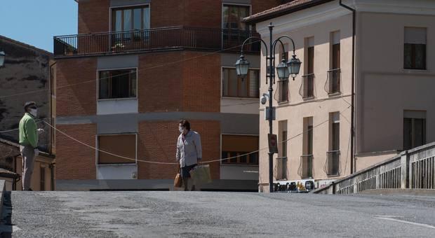 Sul Ponte Romano si rispettano sia le distanze che l'uso della mascherina (foto Riccardo Fabi/Meloccaro)