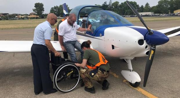Guidonia, Aeronatica militare e WeFly! Team portano in volo i disabili Sabrina Papa: «Così superiamo ogni barriera»
