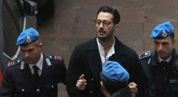 Fabrizio Corona torna in carcere, revocati i domiciliari: «Combetterò questa ingiustizia»