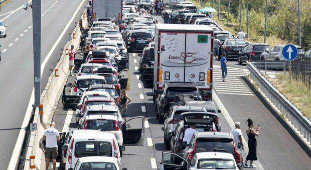 Traffico, sabato da bollino nero: code sulle autostrade, tre ore per gli imbarchi in Sicilia
